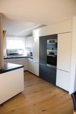 Küche mit schräger Rückwand