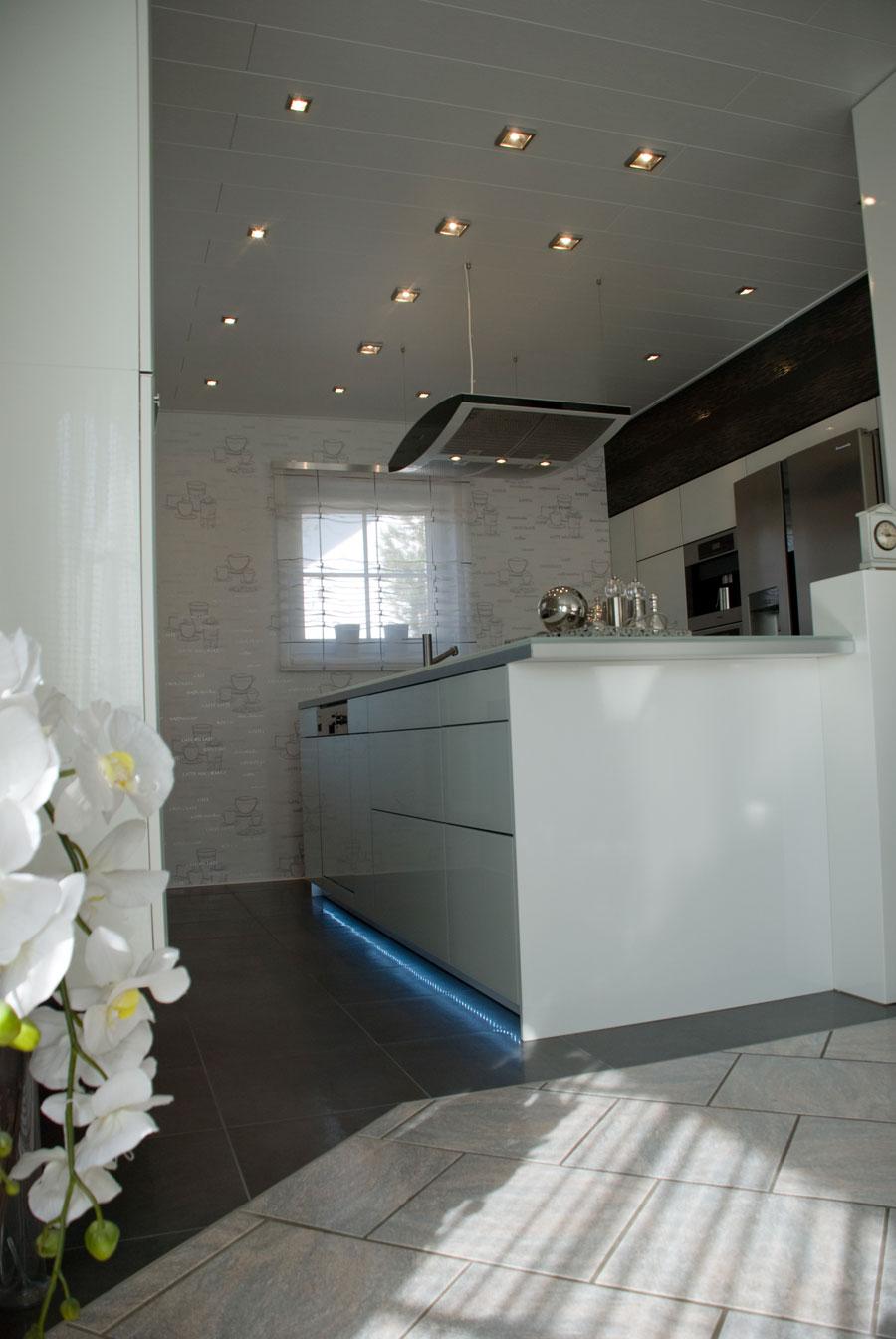 Küche in Weiß Hochglanz mit Glasdeckplatte