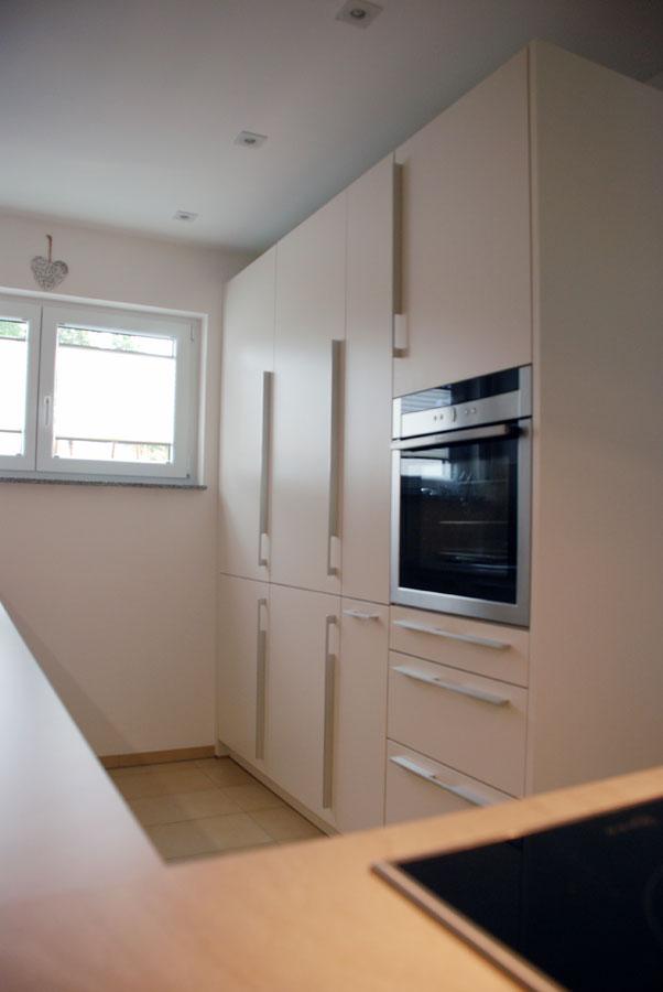 Küche in Weiß, matt, mit Edelstahlgriffen
