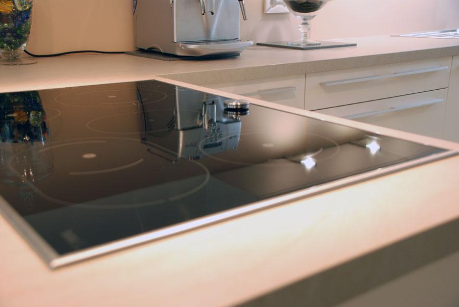 Küche Matt Weiß : Küche in Weiß, matt, mit Edelstahlgriffen