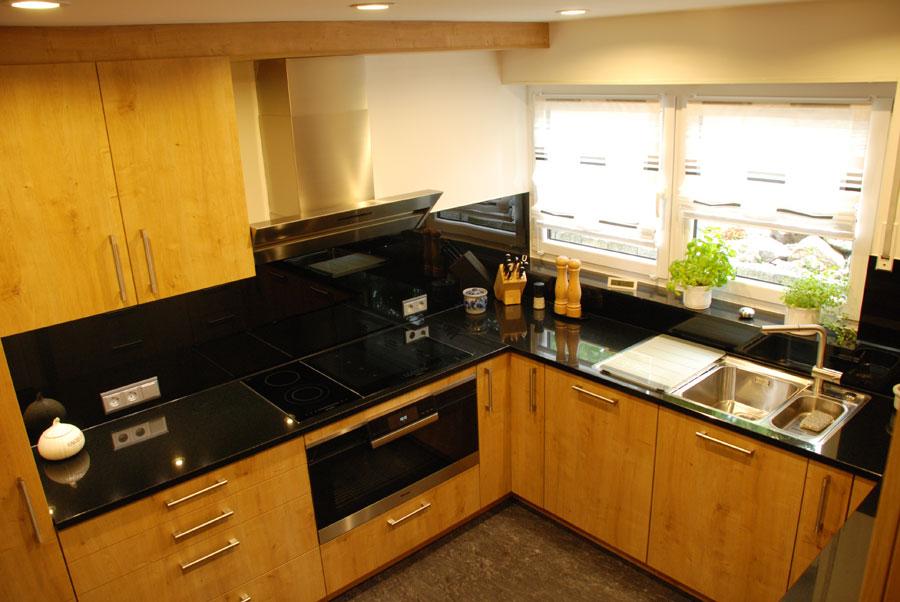 k che mit schwarzem granit. Black Bedroom Furniture Sets. Home Design Ideas