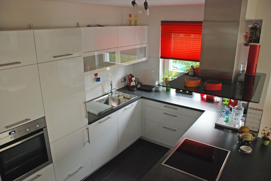 Kuche in u from mit granit for Küche mit edelstahl arbeitsplatte