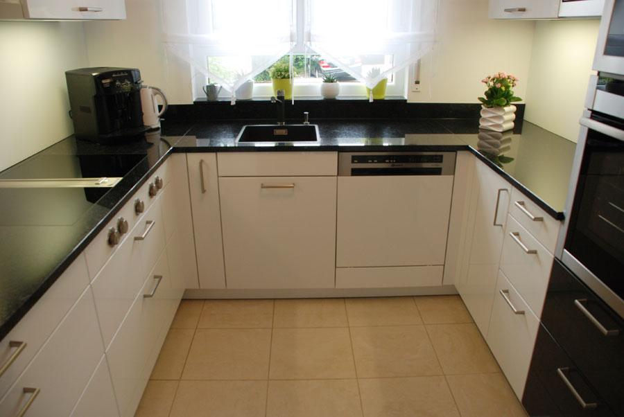 Küche mit Steinplatte in Schwarz