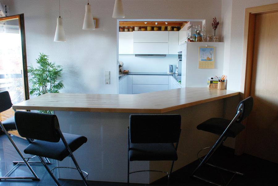 Küche in Weiß matt mit eingefräster Griffleiste