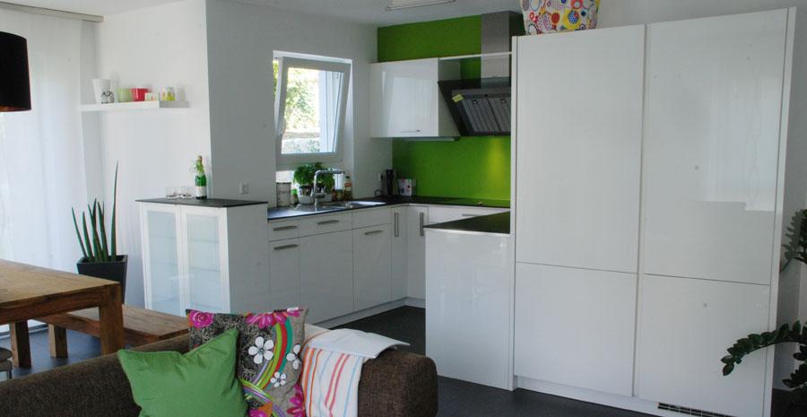 k che in wei mit d nner steinplatte. Black Bedroom Furniture Sets. Home Design Ideas
