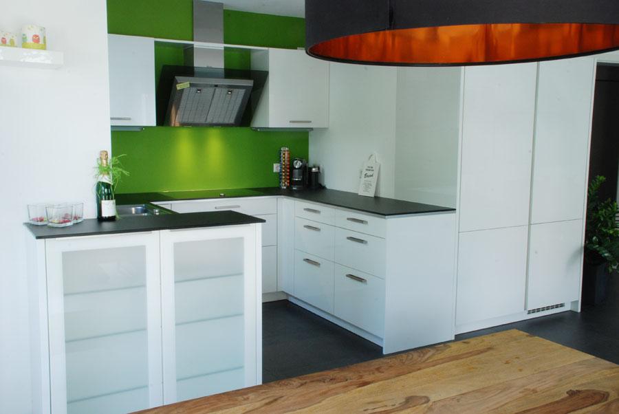 Küche in Weiß mit dünner Steinplatte