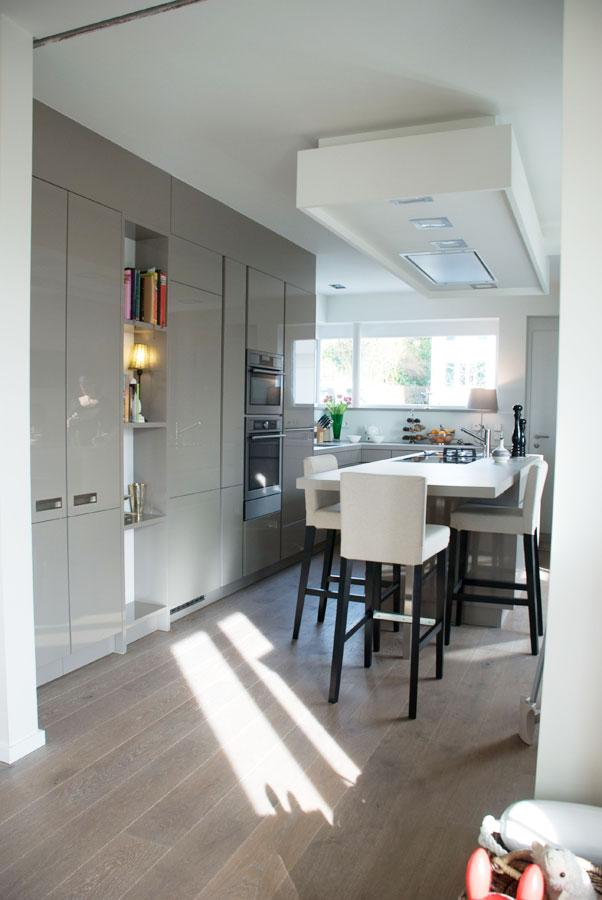 Küche in hochglanz mit mittelblock