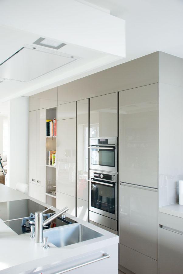 k che in hochglanz mit mittelblock. Black Bedroom Furniture Sets. Home Design Ideas