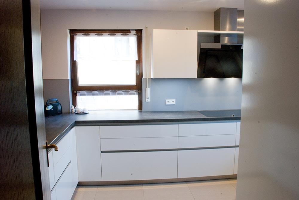 Küche weiß lackiert mit Kunststoffplatte