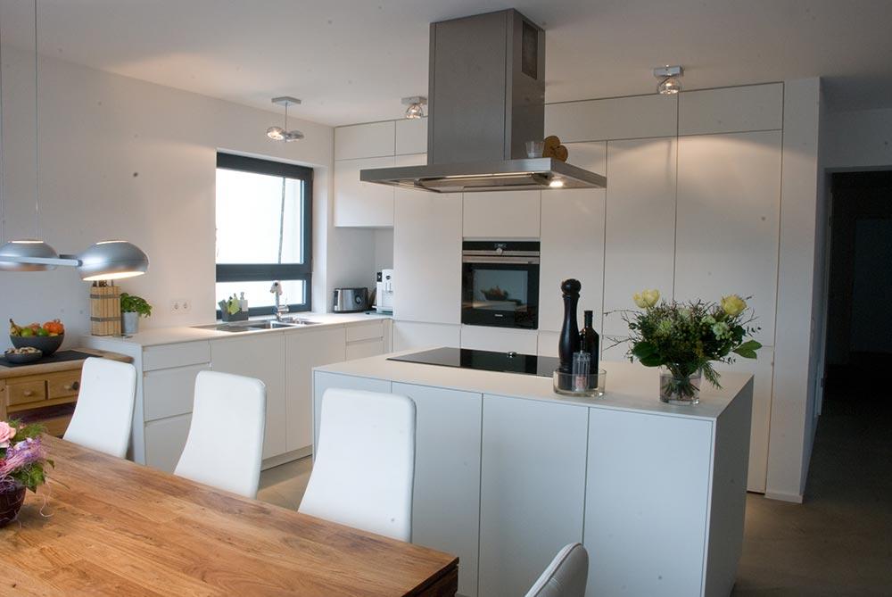 Küche mit Durchgang zum Abstellraum