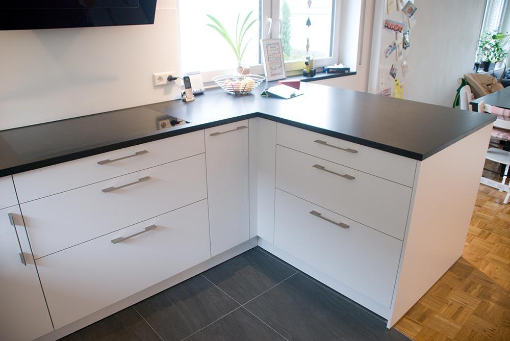 Küche In Weiss / Matt Mit Steinarbeitsplatte