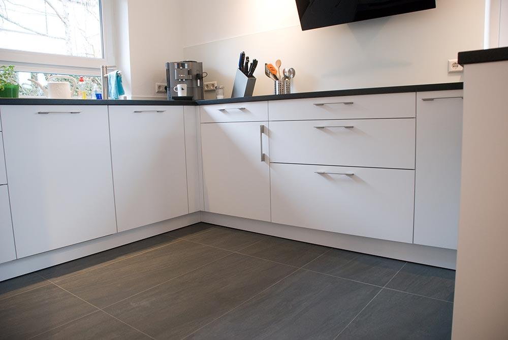 k che in weiss matt mit steinarbeitsplatte. Black Bedroom Furniture Sets. Home Design Ideas