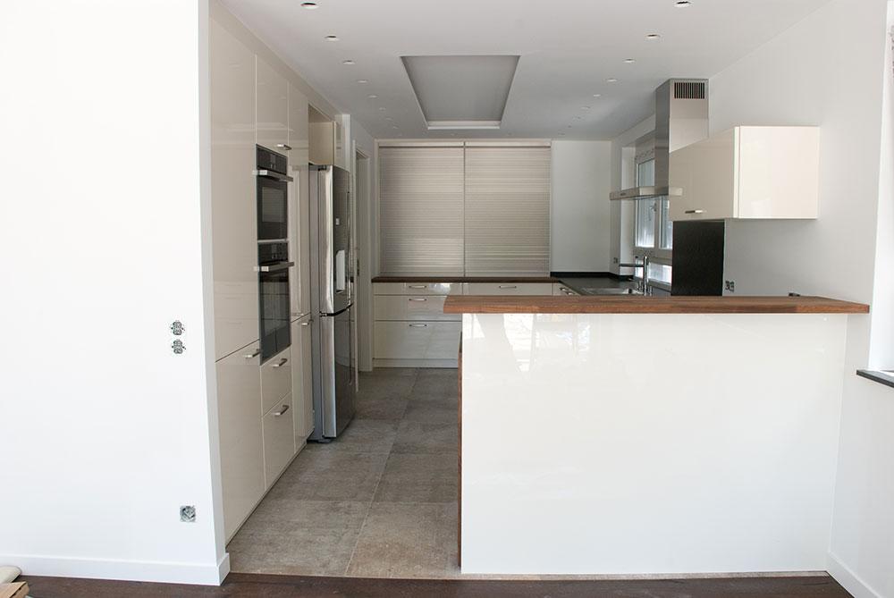 Küche in weiß mit Echtholz-Arbeitsplatte