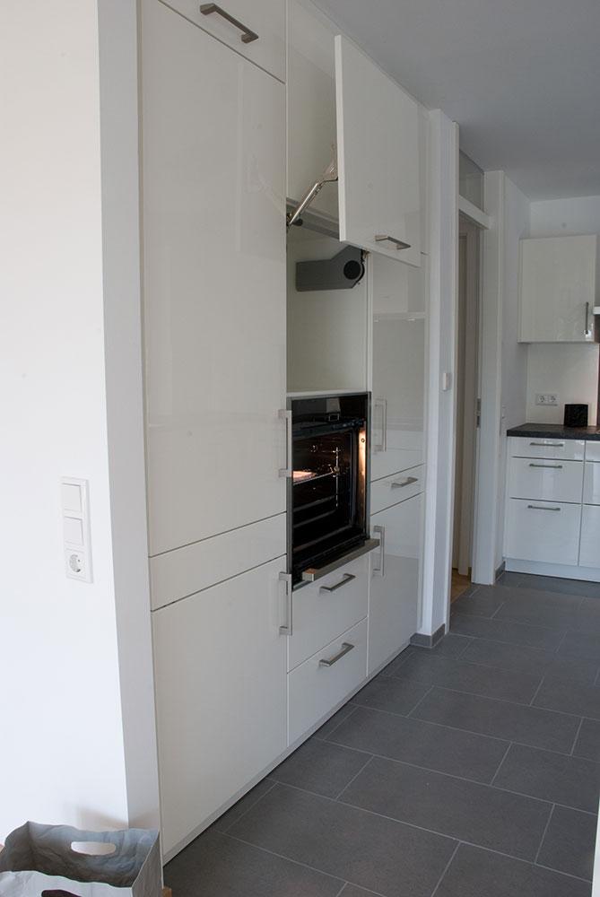 Küche in weiss mit Arbeitsplatte in Granit-Optik