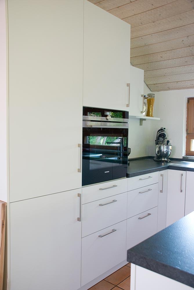 Küche mit dunkler Steinplatte
