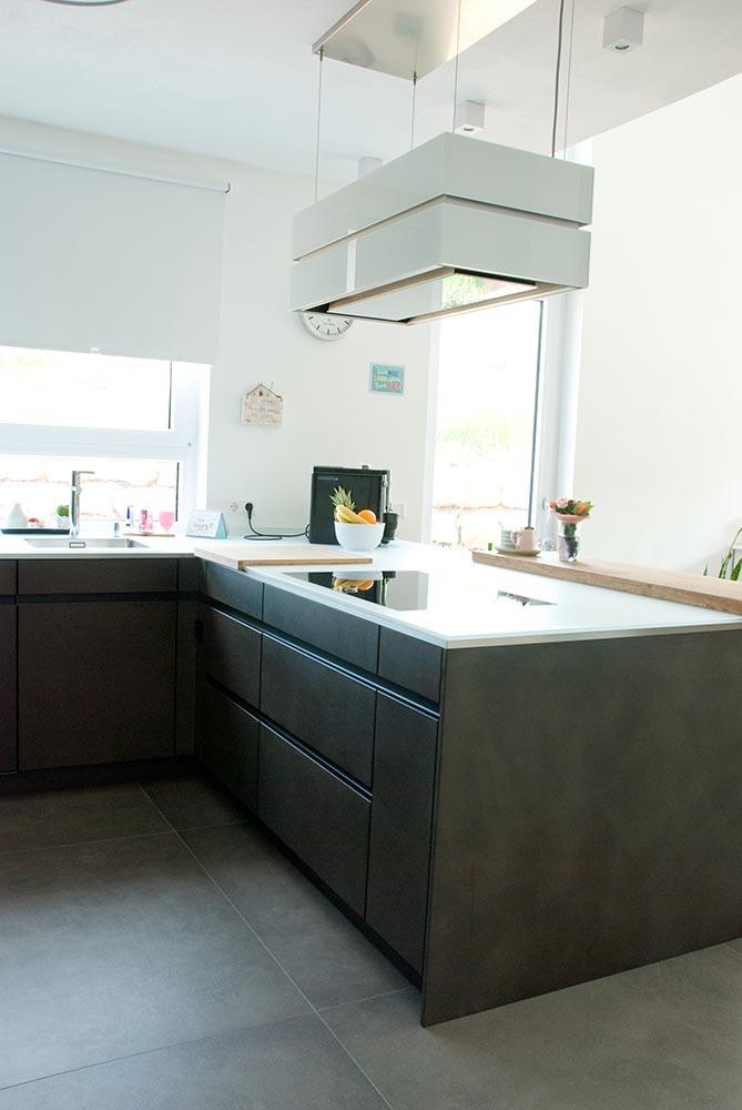 k che und esstisch mit wuchsrand. Black Bedroom Furniture Sets. Home Design Ideas