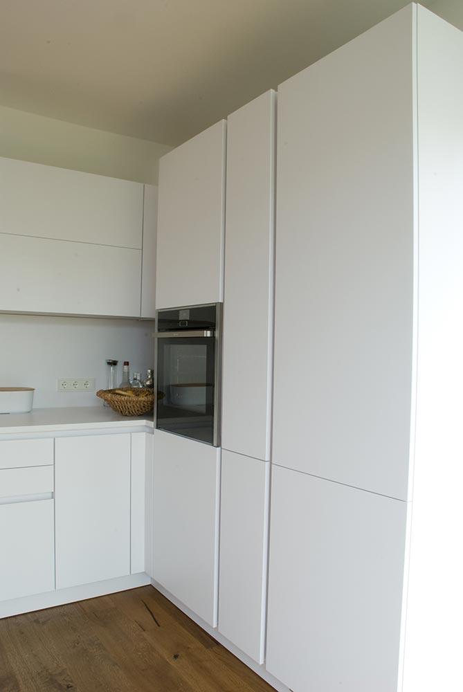 Küche mit Esstisch und Bank