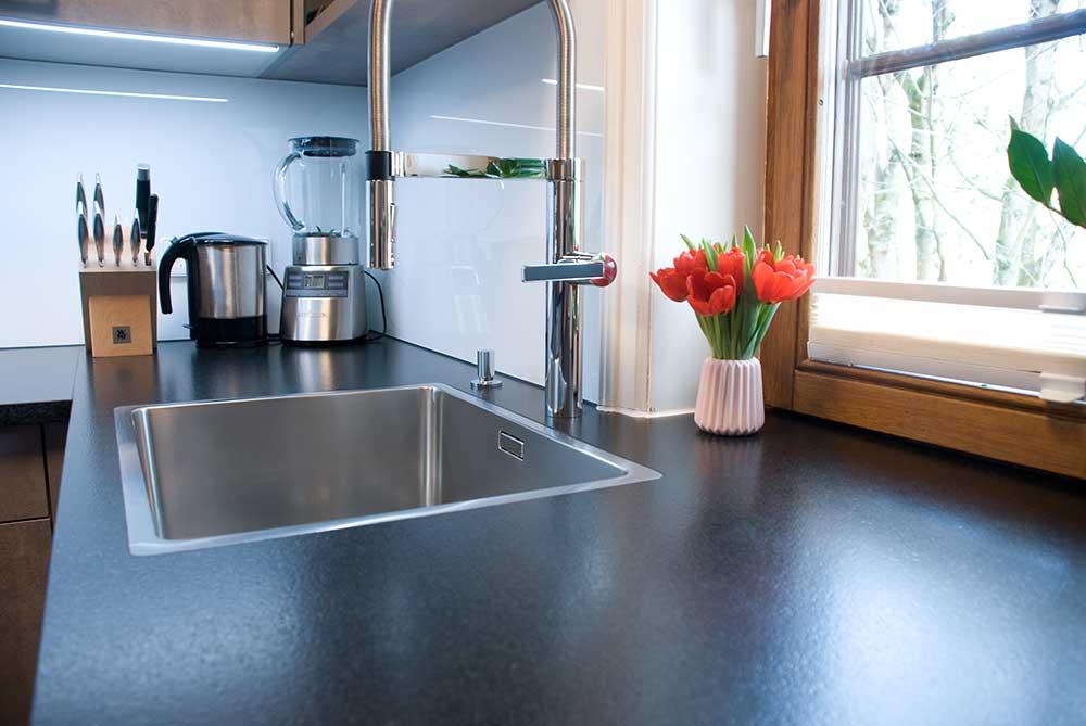Küche mit Kunststoffdekor und Steinplatte