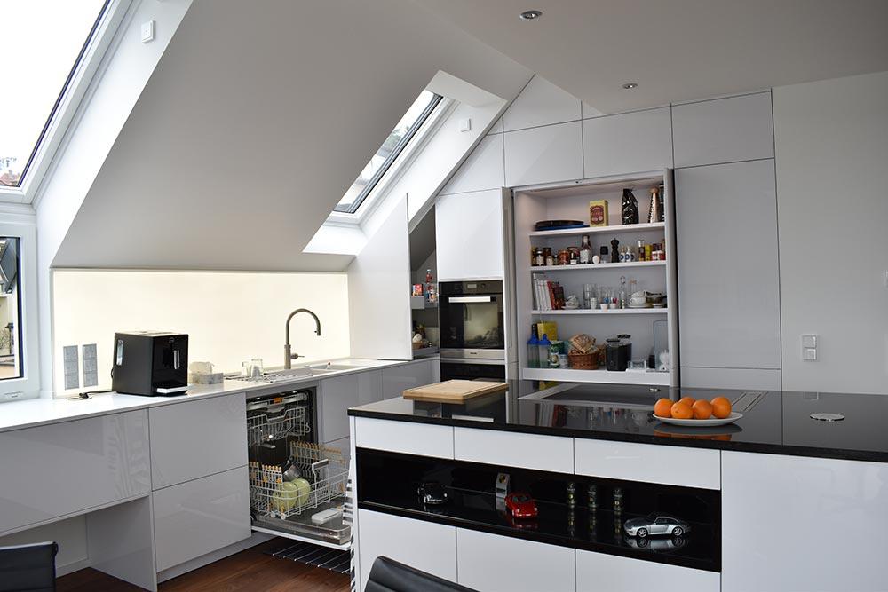 k che in wei hochglanz unter dachschr ge. Black Bedroom Furniture Sets. Home Design Ideas