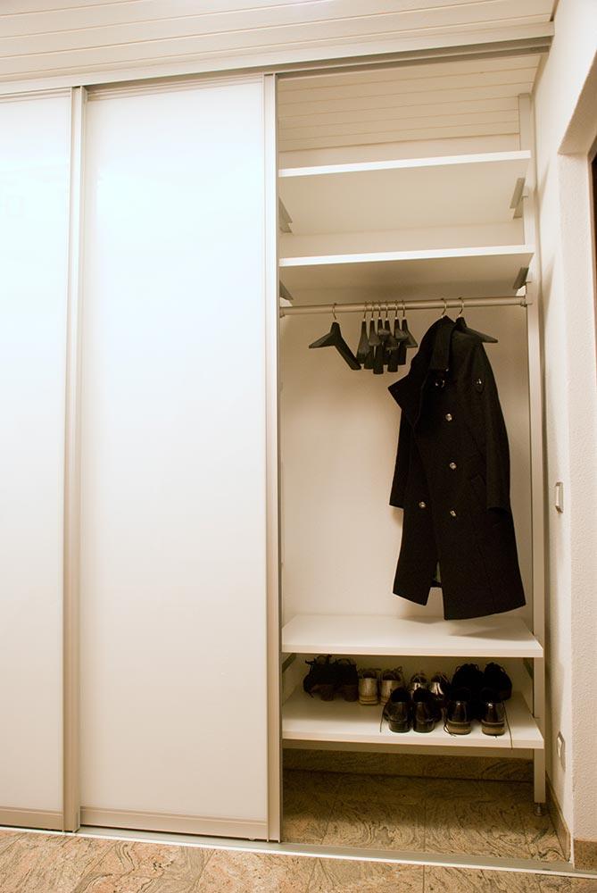 garderobe mit gleitt ren. Black Bedroom Furniture Sets. Home Design Ideas